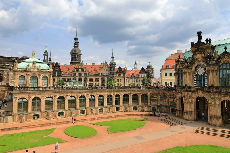 Clase del Glockenspiel de instrumento musical con el pabellón de las campanas del palacio de Zwinger con el castillo Dresdner Res fotos de archivo libres de regalías