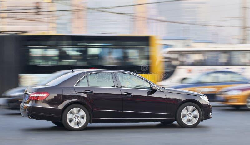 clase en tráfico ocupado, Pekín, China del Mercedes-Benz E imágenes de archivo libres de regalías