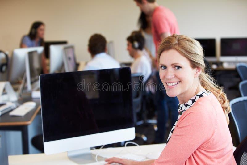 Clase femenina de Using Computer In las TIC del profesor particular fotos de archivo