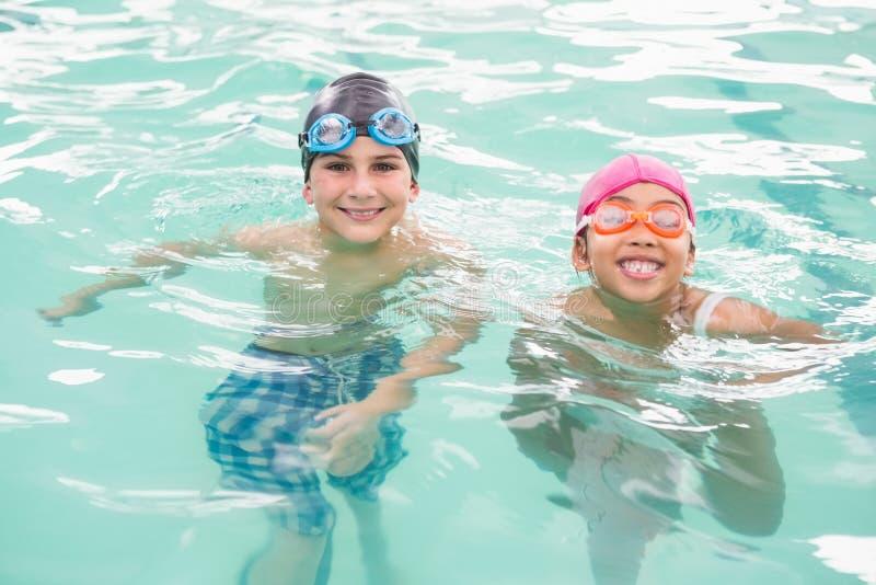 Clase linda de la natación en la piscina fotos de archivo
