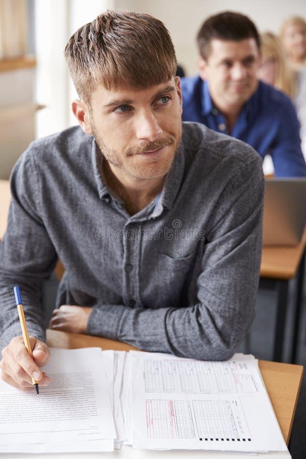 Clase madura de Attending Adult Education del estudiante masculino foto de archivo