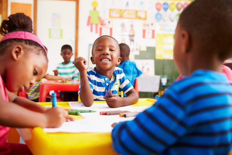 Clase preescolar en Suráfrica, muchacho que mira a la cámara imagen de archivo libre de regalías