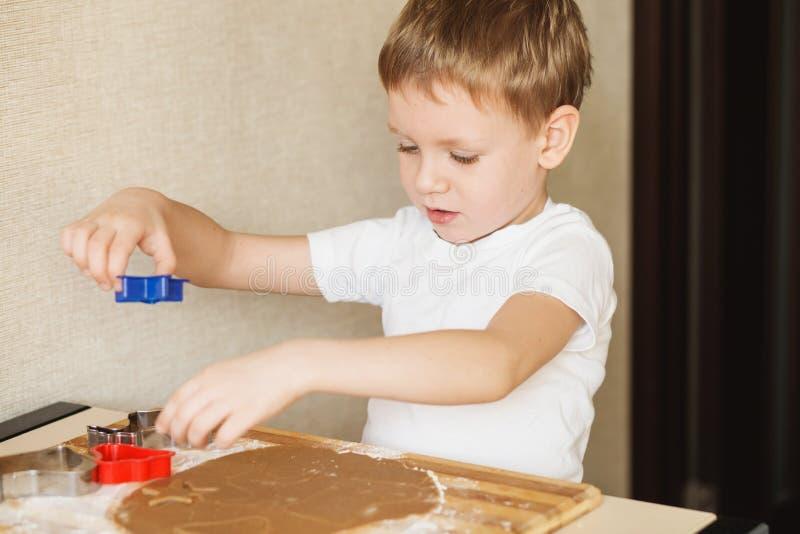 Clase principal para los niños en las galletas de la Navidad de la hornada Ji joven imagen de archivo libre de regalías
