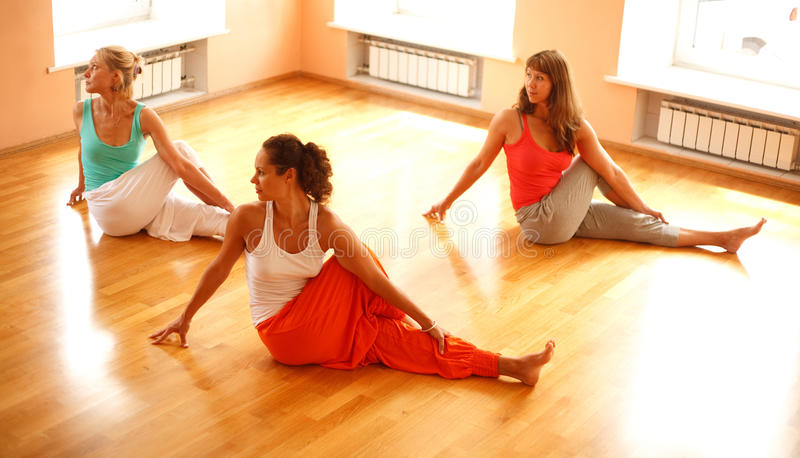 Clase real de la yoga foto de archivo libre de regalías
