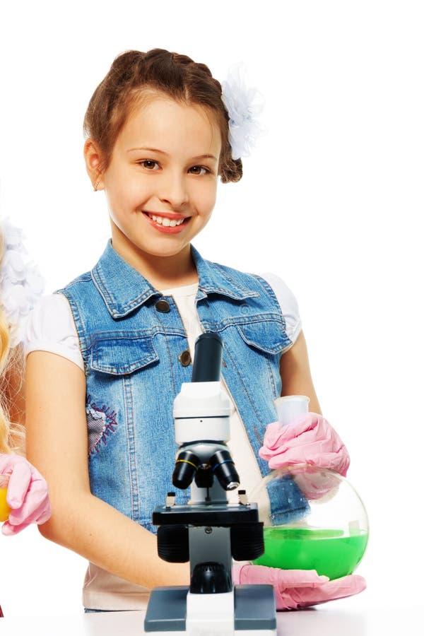 Clase sonriente de la muchacha y de química fotografía de archivo