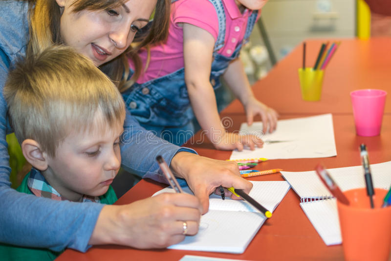 Clases con los preescolares fotos de archivo libres de regalías