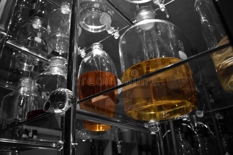 Clases hechas a mano de vinos sabrosos imagen de archivo libre de regalías