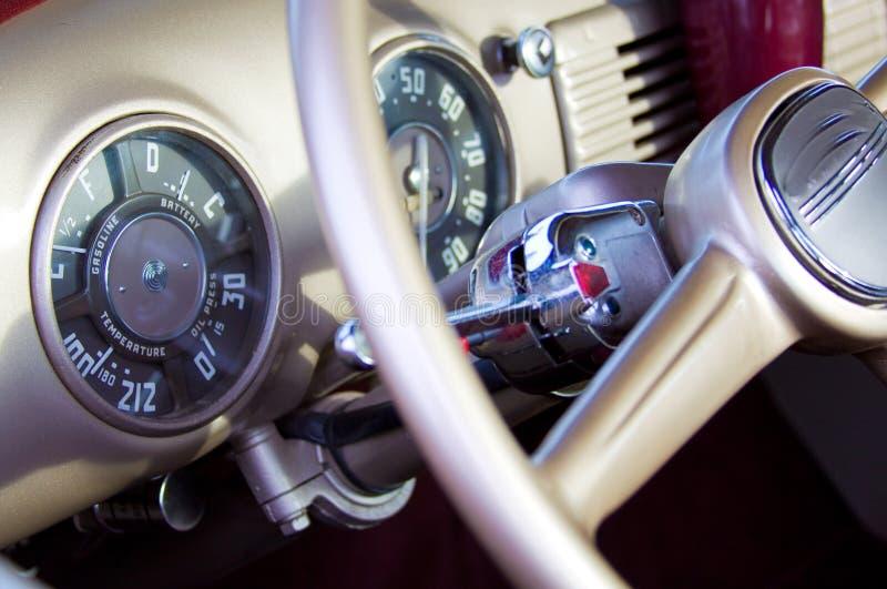 clasic破折号旧车改装的高速马力汽车 图库摄影