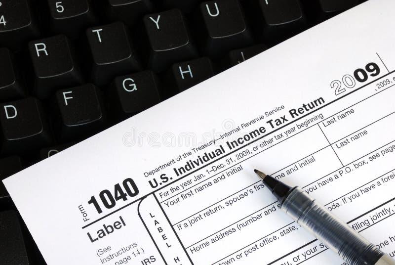 Clasifiando la declaración sobre la renta en línea foto de archivo