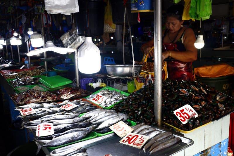 Clasificó los mariscos y los pescados frescos en la exhibición en las paradas dentro de un mercado público fotos de archivo