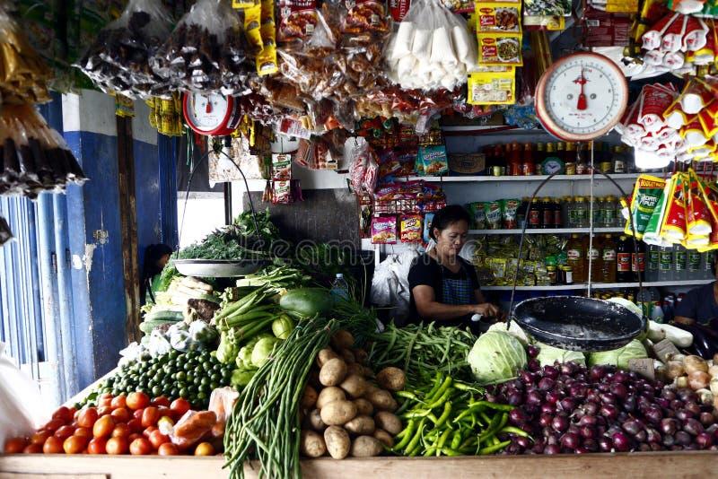 Clasificó verduras frescas en la exhibición en la parada vegetal en un mercado público Asia, asiática, Filipinas, filipinas, Mani fotografía de archivo