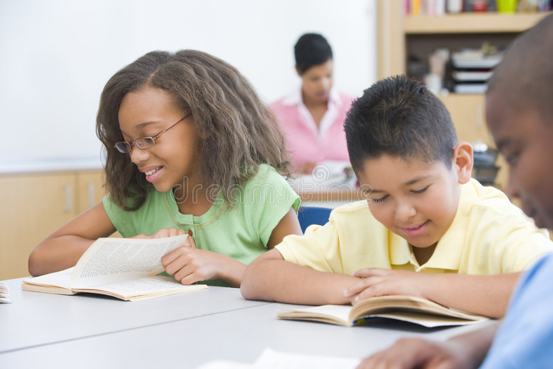 Classe élémentaire interraciale photos libres de droits