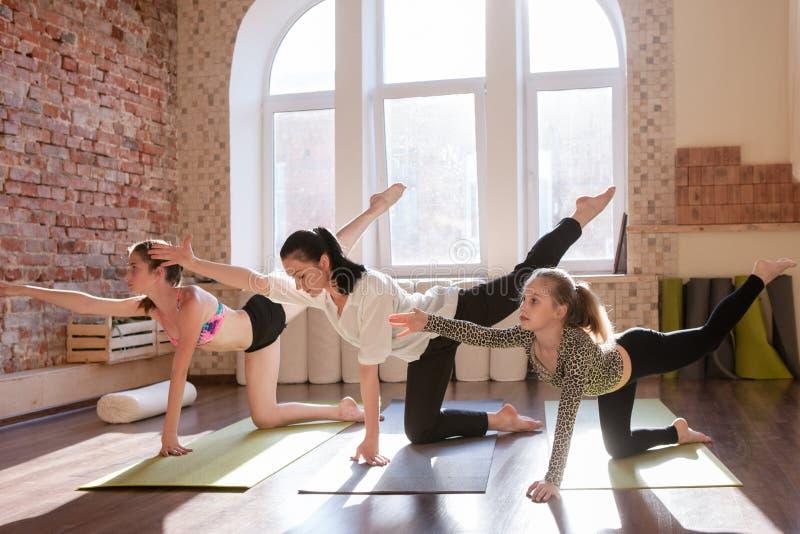 Classe adolescente de yoga Gymnastique de filles photographie stock libre de droits