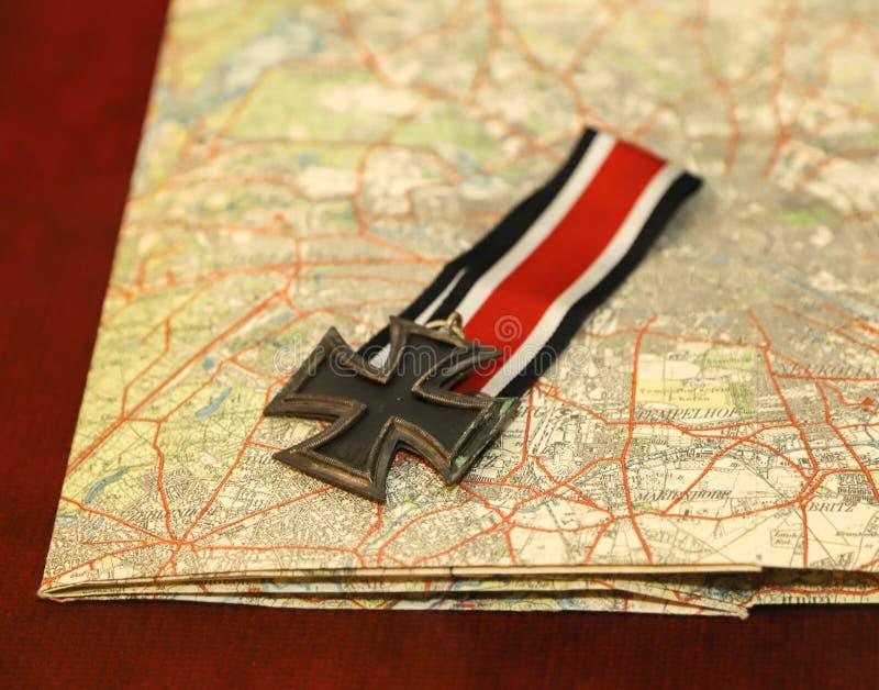 Classe allemande de la croix II de fer sur la carte images stock