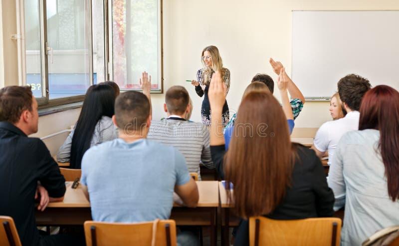 Classe d'éducation soulevant des mains photo libre de droits