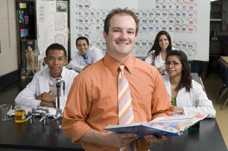 Classe da ciência do professor With Students In imagens de stock