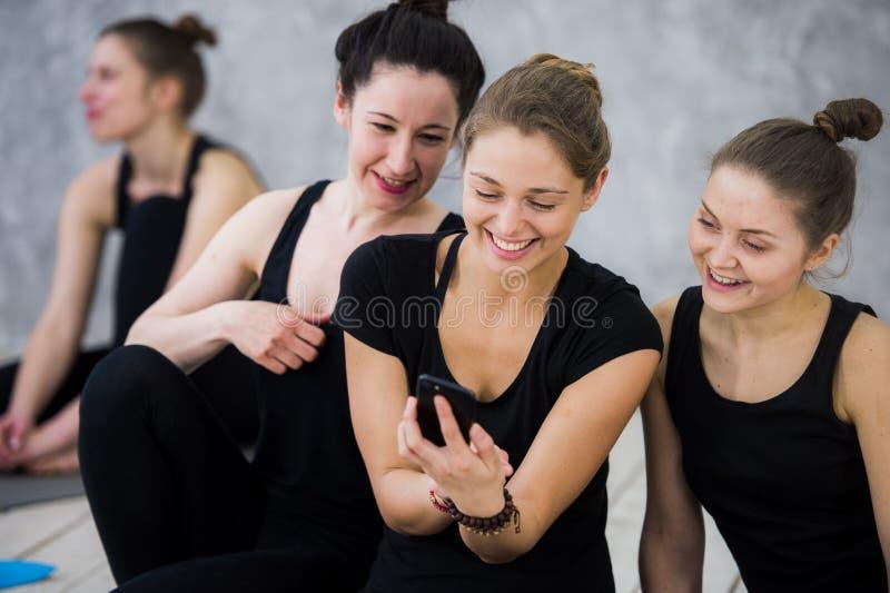 A classe da ioga de povos milenares alegres dos amigos toma um selfie foto de stock