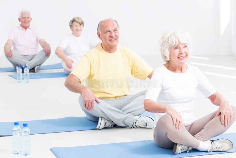 Classe da ioga para sêniores imagens de stock