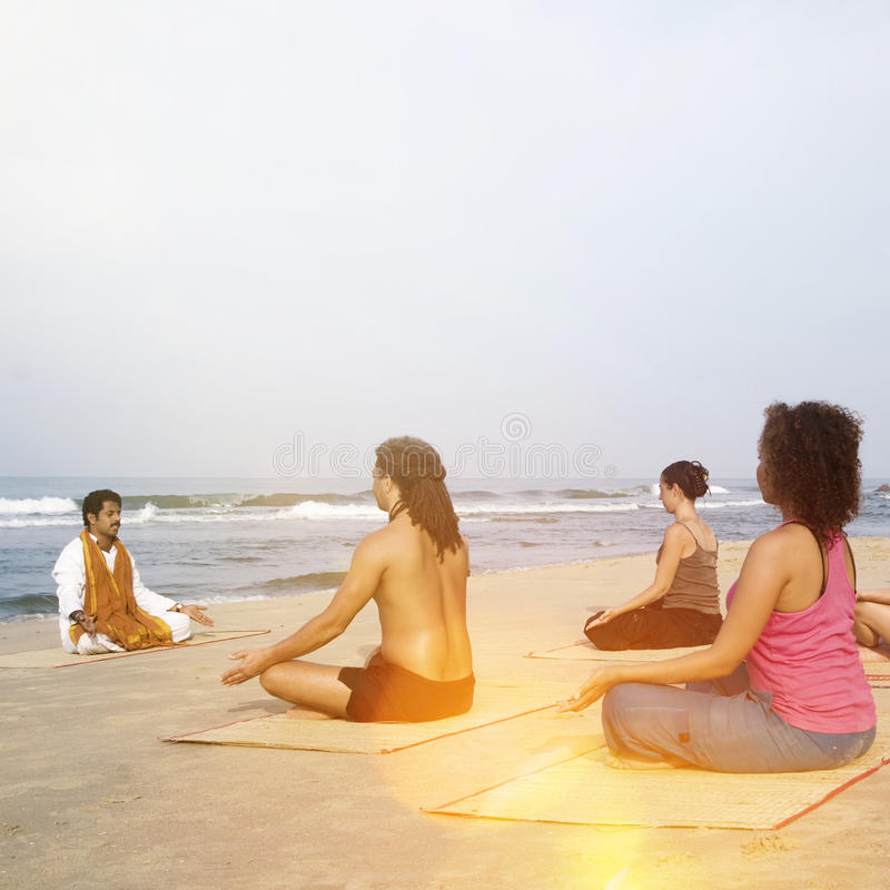 Classe da ioga pela praia que tem o conceito de respiração do exercício foto de stock royalty free