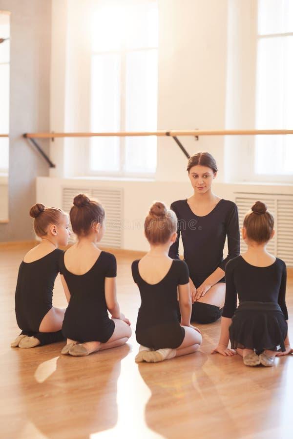 Classe de ballet pour des enfants photo libre de droits
