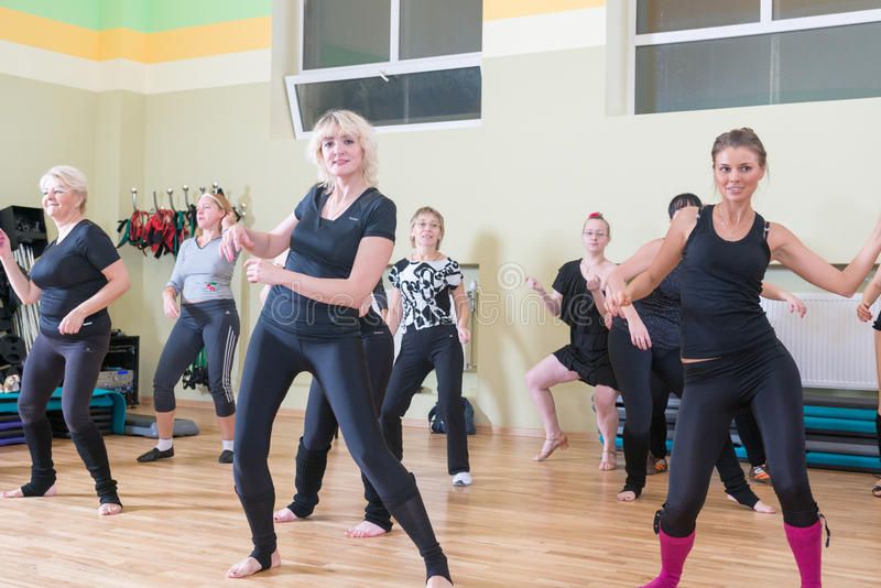 Classe de danse pour le fond de tache floue de femmes images libres de droits