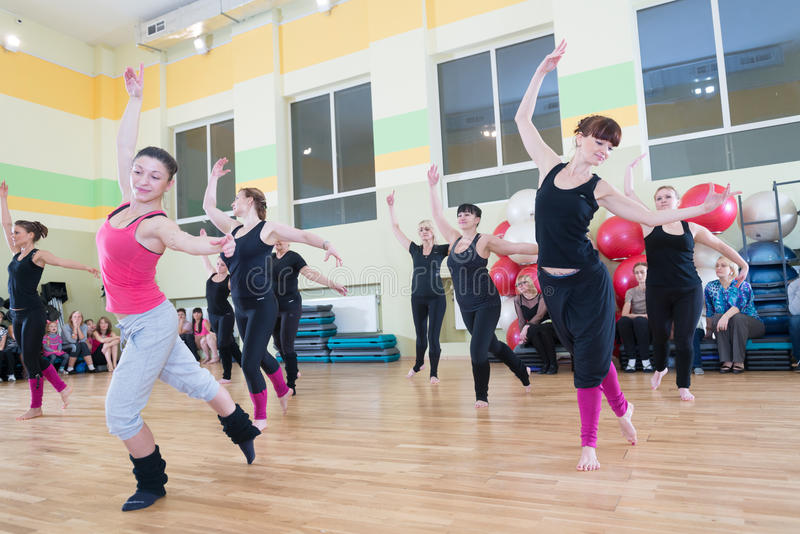 Classe de danse pour le fond de tache floue de femmes photos stock