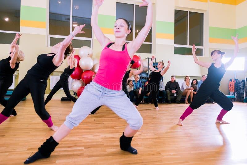 Classe de danse pour le fond de tache floue de femmes image stock