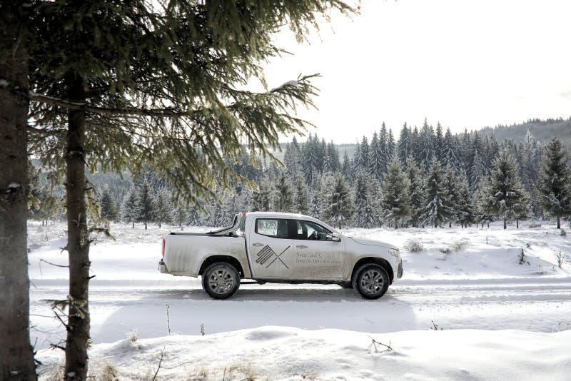 Classe de Mercedes-Benz X que escala na neve foto de stock royalty free