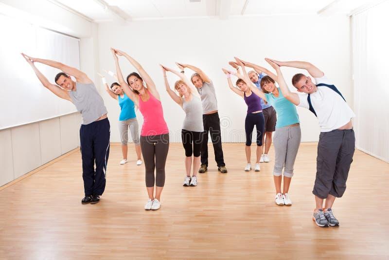 Classe de Pilates s'exerçant dans un gymnase photo libre de droits