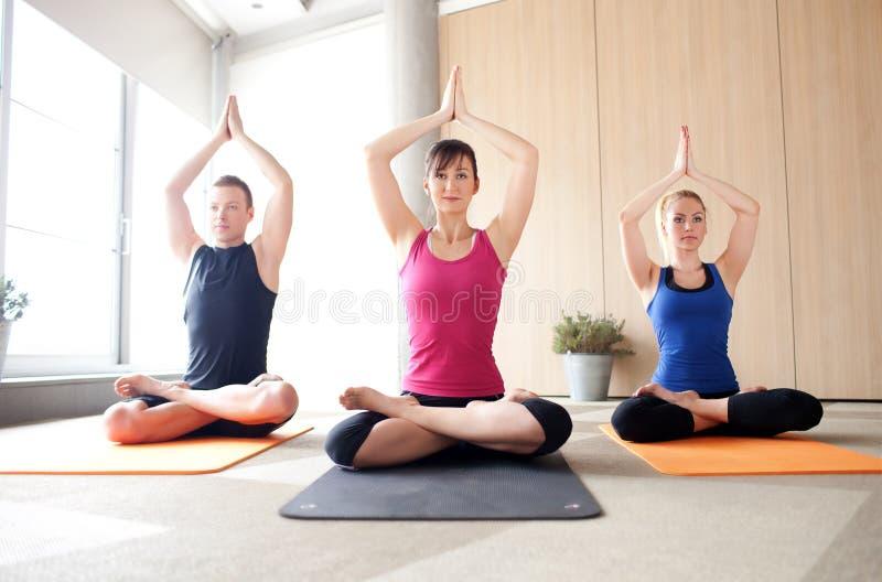 Classe de yoga image libre de droits
