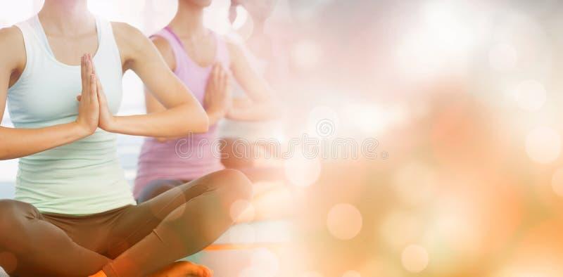 Classe de yoga dans le gymnase images stock