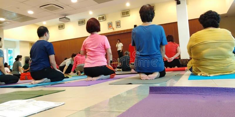 Classe de yoga et de méditation image stock