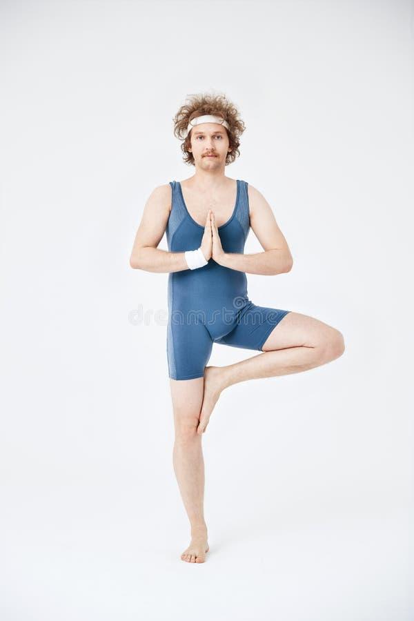 Classe de yoga Usage périmé de sport Yoga de pratique d'homme photo stock