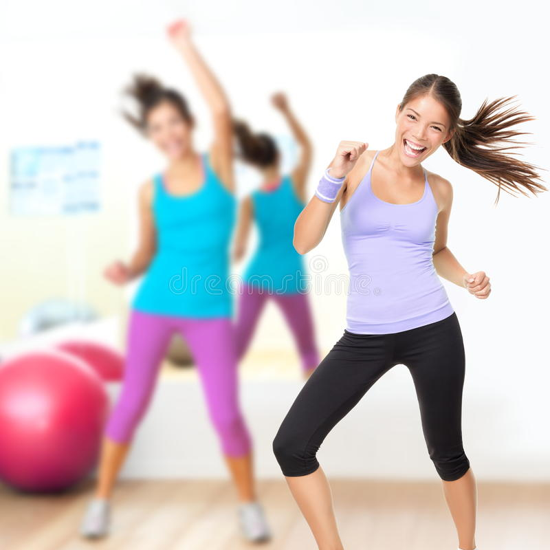 Classe de zumba de studio de danse de forme physique photo libre de droits