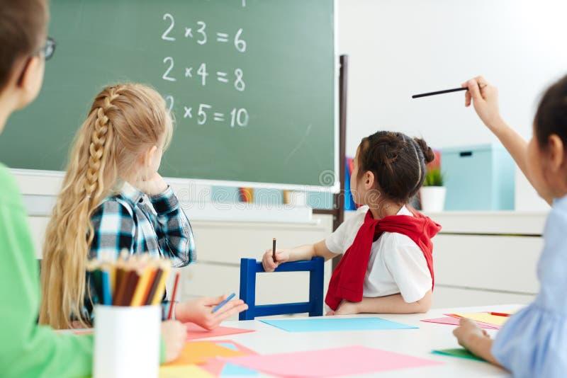 Classe di per la matematica a scuola primaria fotografia stock libera da diritti