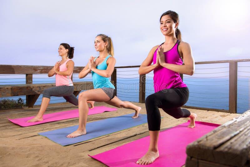 Classe di yoga allo stile di vita sano della bella di posizione della spiaggia della spiaggia ritirata dell'oceano pacifico fotografie stock