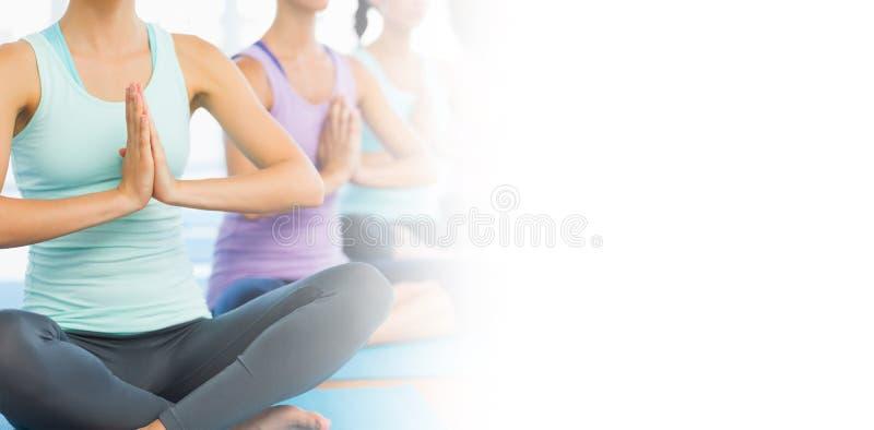Classe di yoga in palestra fotografia stock libera da diritti
