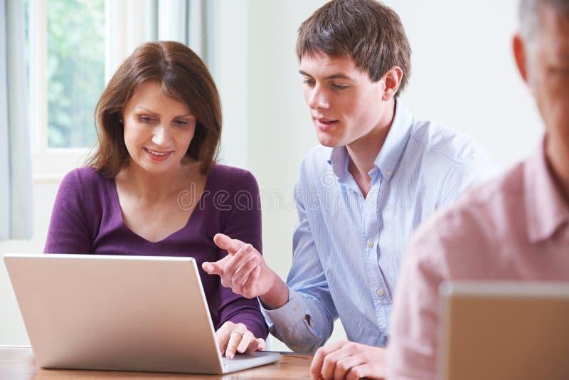 Classe do computador de In Adult Education do estudante fêmea fotos de stock royalty free