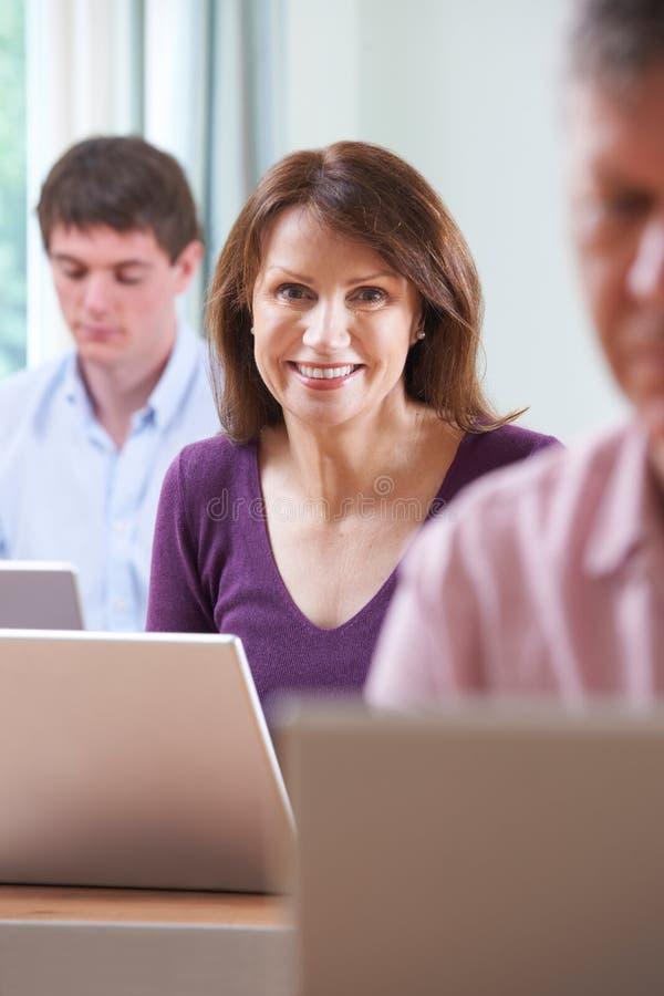 Classe do computador de In Adult Education do estudante fêmea foto de stock royalty free