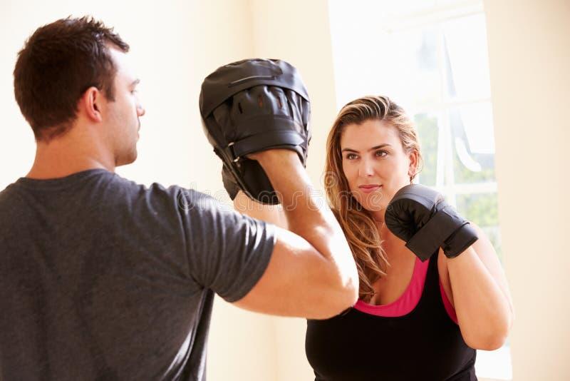 Classe do exercício de Teaching Boxing In do instrutor da aptidão imagens de stock royalty free