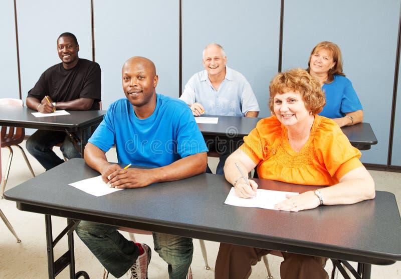 Classe heureuse diverse d'enseignement pour adultes photos libres de droits