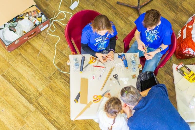 Classe matrice con i bambini sulla fabbricazione dei giocattoli immagine stock