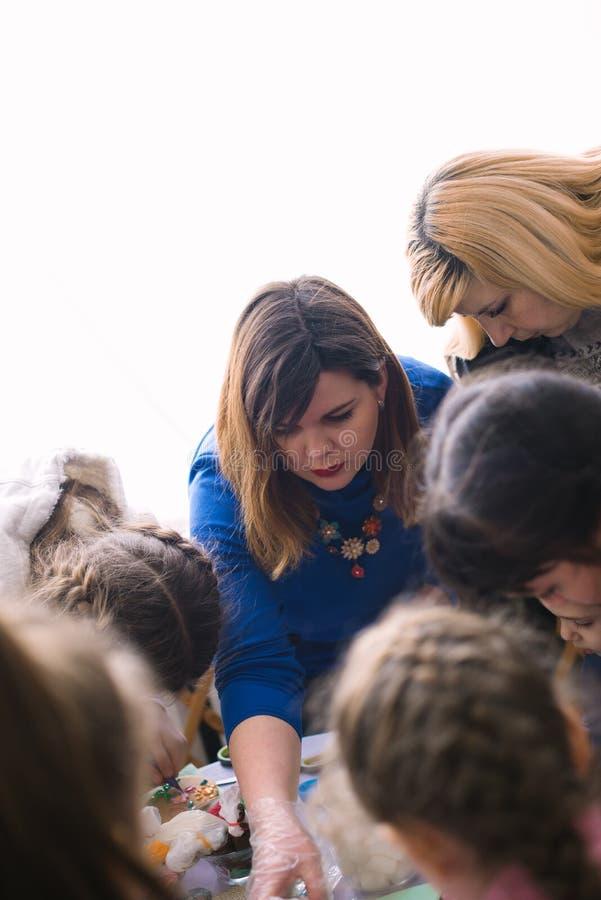 Classe matrice per i bambini nella decorazione dei dolci Cerkasy, Ucraina, il 23 marzo 2018 fotografia stock