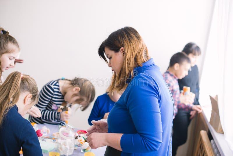 Classe matrice per i bambini nella decorazione dei dolci Cerkasy, Ucraina, il 23 marzo 2018 fotografie stock libere da diritti