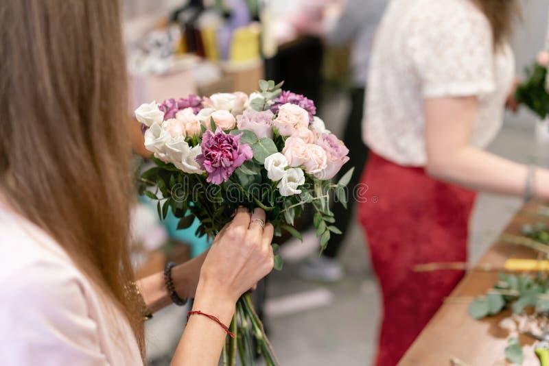 Classe matrice sulla fabbricazione dei mazzi Mazzo di estate Imparando organizzazione del fiore, facente i bei mazzi con il vostr immagine stock libera da diritti