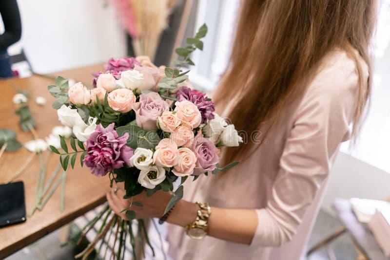Classe matrice sulla fabbricazione dei mazzi Mazzo di estate Imparando organizzazione del fiore, facente i bei mazzi con il vostr immagini stock libere da diritti