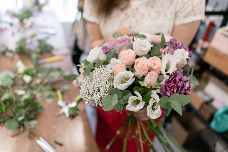 Classe matrice sulla fabbricazione dei mazzi Mazzo di estate Imparando organizzazione del fiore, facente i bei mazzi con il vostr fotografia stock libera da diritti