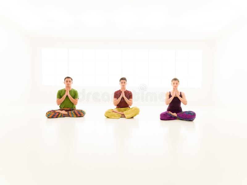 Classe ocasional da ioga de três povos imagem de stock