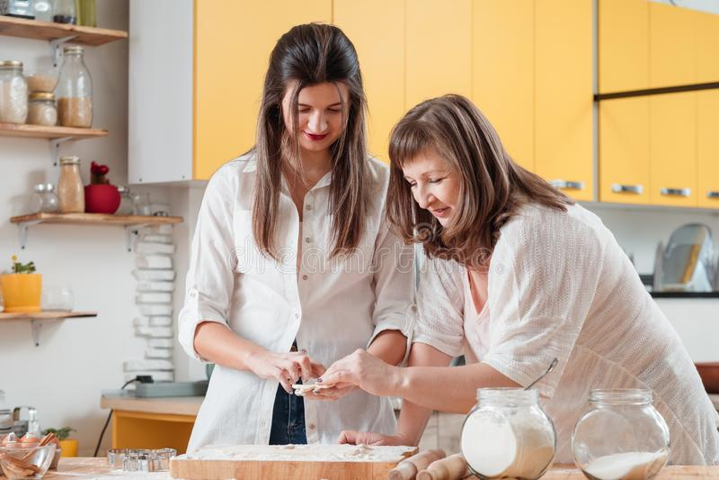 Classe principale de cuisine familiale aider la p?tisserie faite maison photo libre de droits