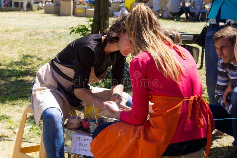 Classe principale de poterie sur un festival de rue photo libre de droits